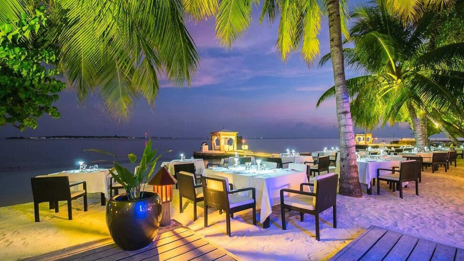 Lily Beach Resort e Spa 5* - Foto dei tavoli del ristorante al tramonto