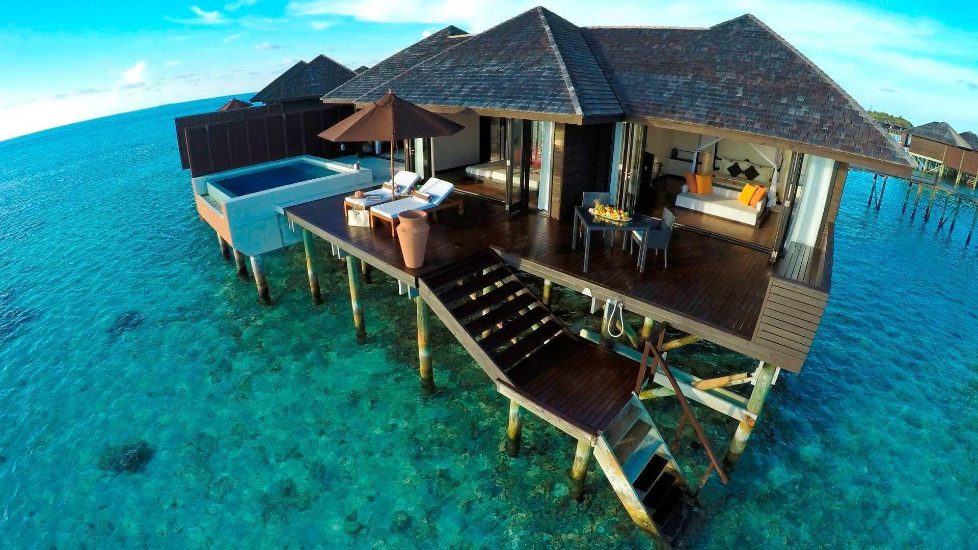 Lily Beach Resort e Spa 5* - Particolare di una palafitta con piscina, camera matrimoniale e scale di accesso al mare