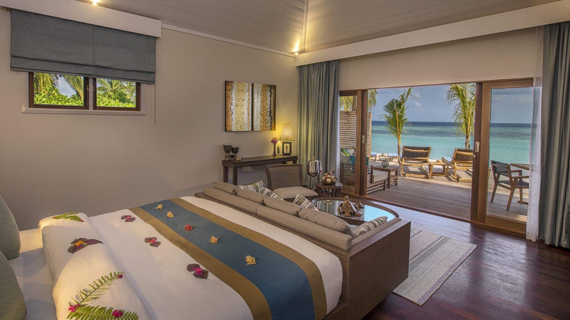 Hurawalhi Island Resort 5* - Foto degli interni della camera con vista sulla spiaggia e mare
