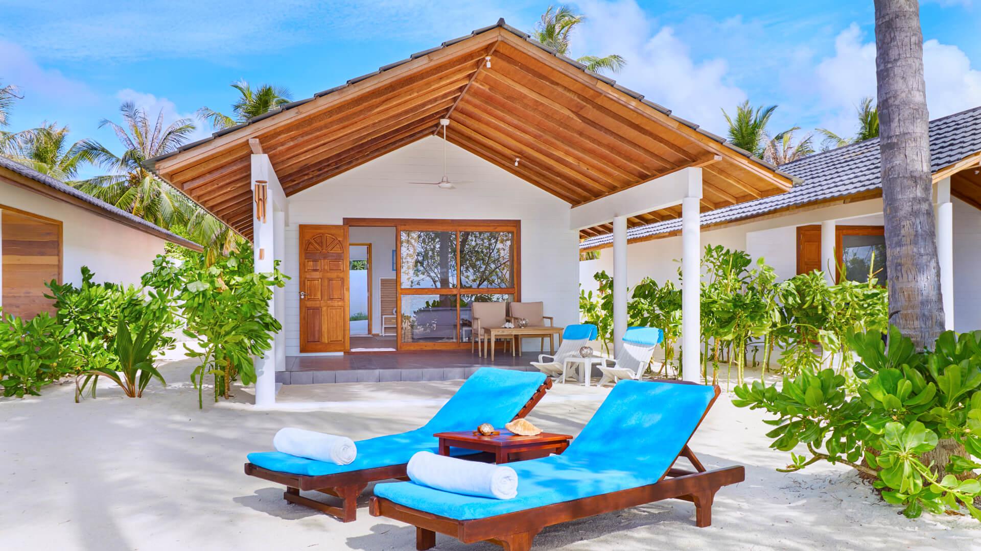 Innahura Maldives Resort 3* - Foto dell'esterno di una camera con sdraio